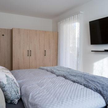 Camera da letto con mobili solidi