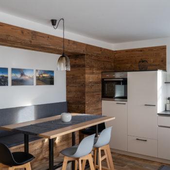 cucina-soggiorno nell'appartamento Roderer vicino a Fiè allo Sciliar