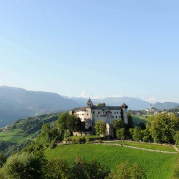 Bellissimi sentieri escursionistici fino al castello Prösels vicino a Ums nel comune di Fiè allo Sciliar